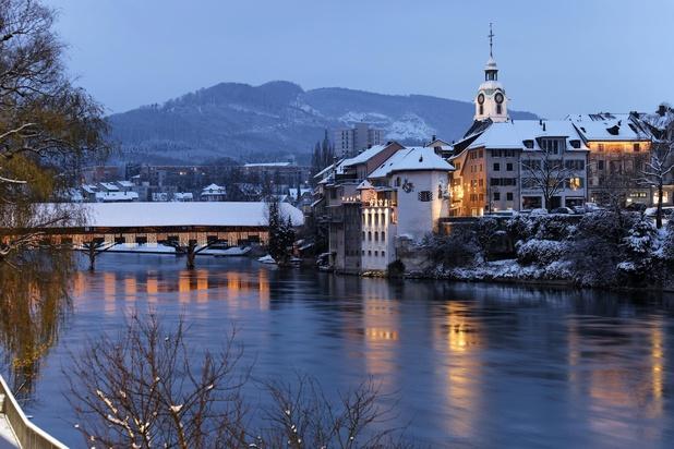 Alte Holzbrücke im Winter