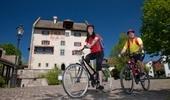 Velofahrer beim Schloss Greifensee